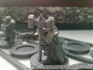 Forgefather Steel Warrior con pistola e martello termico, dettaglio del martello