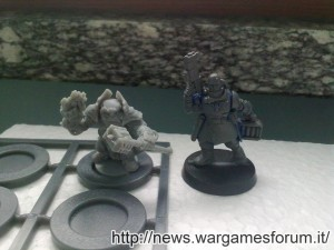 Campione Forgefather e modello Space Marines a confronto