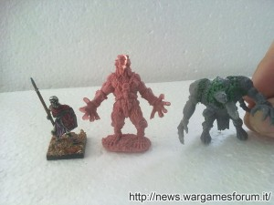 Licantropo: foto comparative con uno Scheletro Mantic Games ed un Rattogre Games Workshop