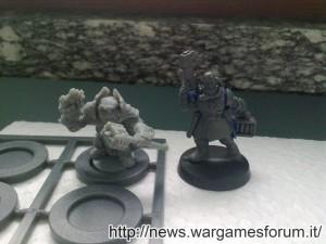 Campione Forgefather e modello Space Marines a confronto