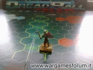 ...con scheletro Mantic Games a dar l'idea delle dimensioni...